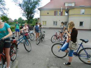 Młodzież na rowerach