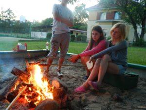 Młodzież przy ognisku