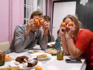 Chłopak z dziewczyną bawią się pomarańczami